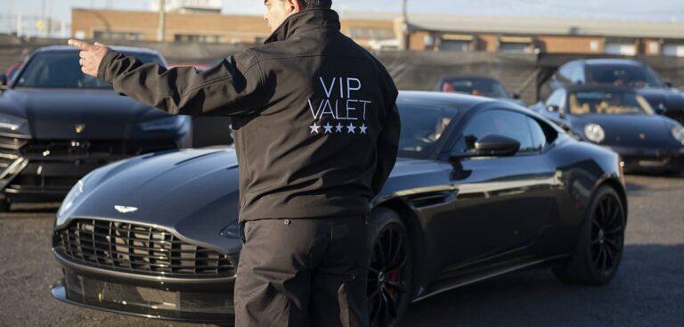Valet VIP pointant dans une direction pour la circulation